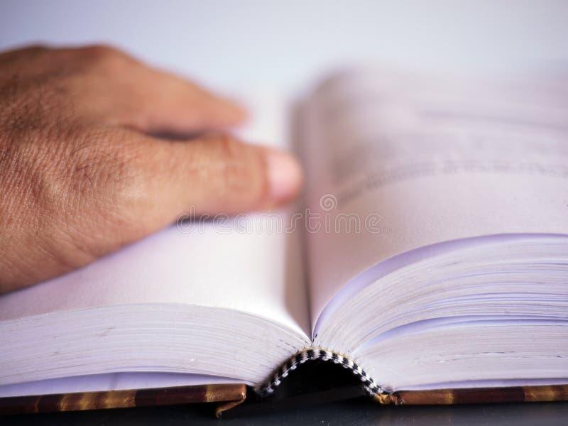 Boek en hand royalty-vrije stock afbeelding