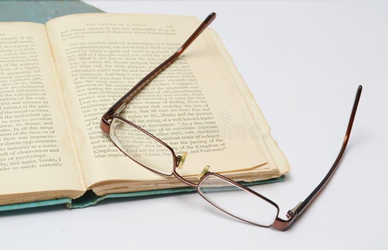 boek en oogglazen royalty-vrije stock afbeeldingen