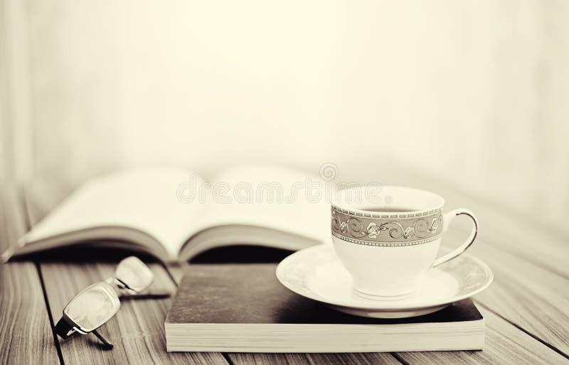 Boek en thee/koffie stock afbeeldingen