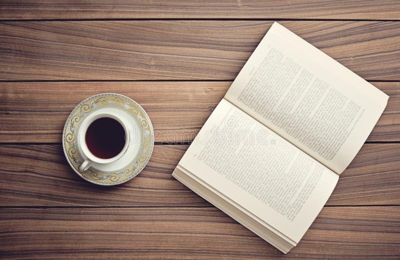 Boek en thee/koffie stock foto's
