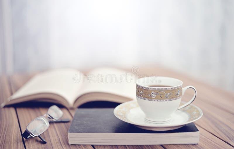 Boek en thee/koffie royalty-vrije stock afbeelding