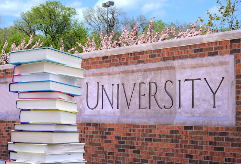 Boek en universiteit stock afbeeldingen