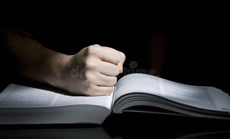 Boek en vuist royalty-vrije stock afbeelding