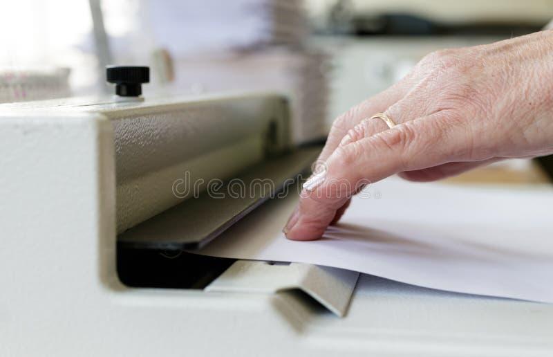 Boek het Binden Machineexploitant Het werk met Boek bindende machine stock fotografie