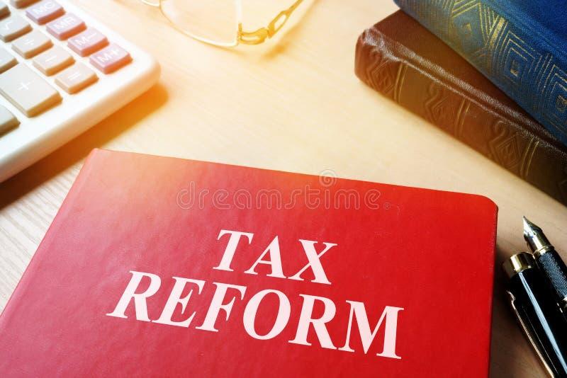 Boek met de hervorming van de titelbelasting op een lijst stock afbeeldingen