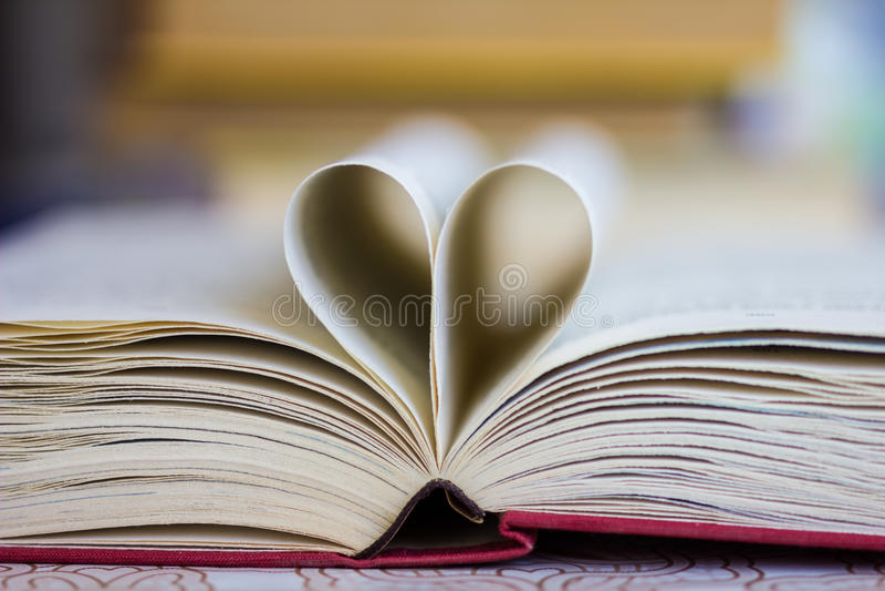 Boek met hart gestalte gegeven pagina's stock afbeeldingen