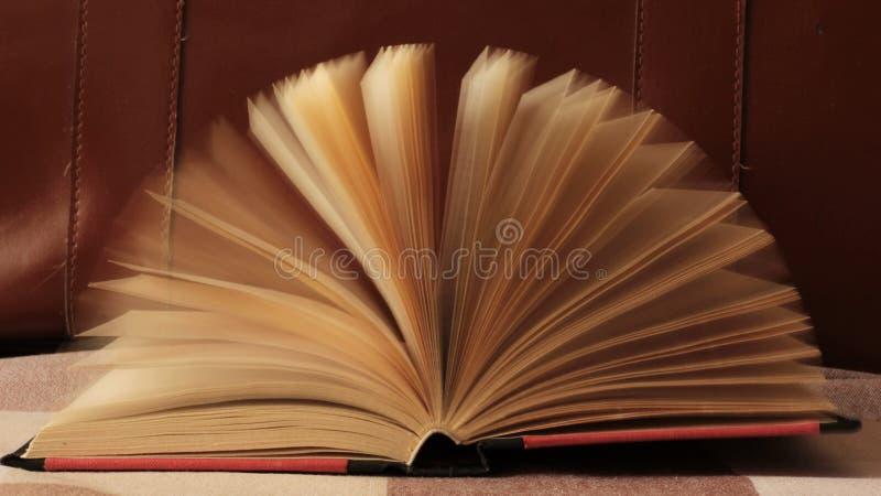 Boek met het bewegen van pagina's royalty-vrije stock afbeeldingen