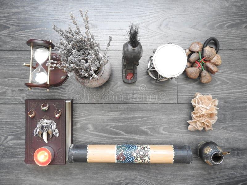 Boek met het branden van kaarsen op de raad Mysticusstilleven met vreselijke geheime objecten verschrikking Halloween en het conc stock afbeelding