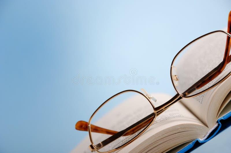 Boek met lezingsglazen stock afbeelding
