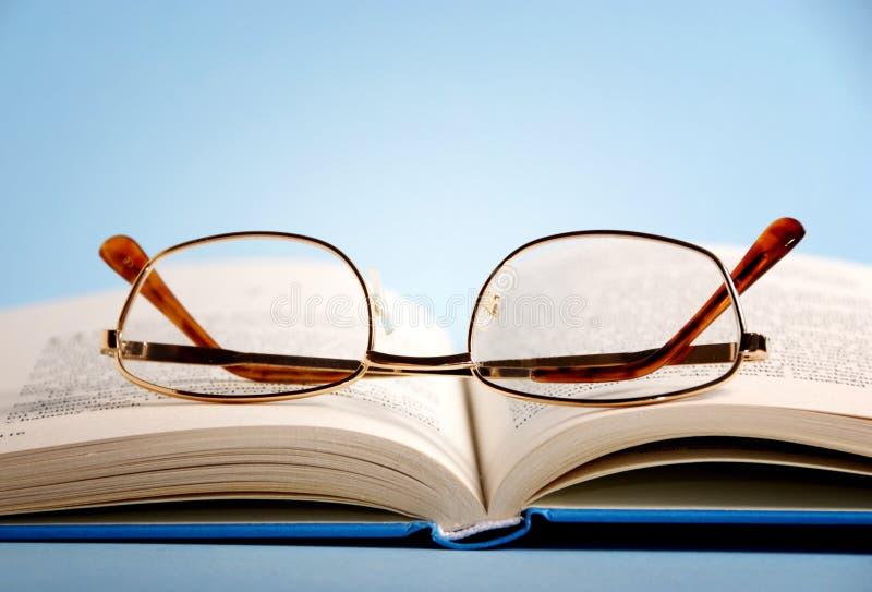Boek met lezingsglazen stock foto