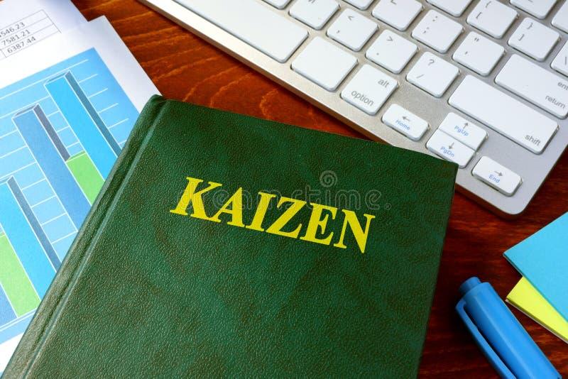 Boek met titel Kaizen stock foto