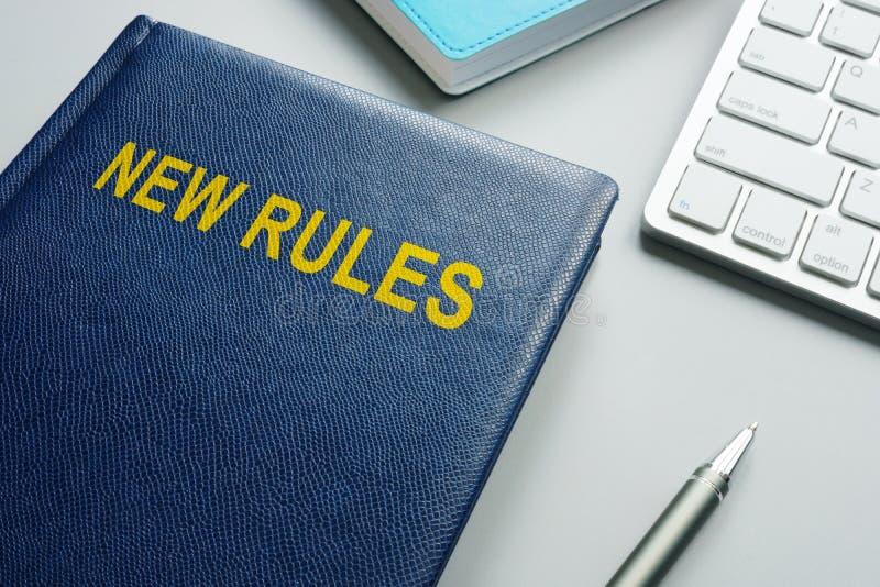 Boek met titel Nieuwe regels en verordeningen royalty-vrije stock foto's