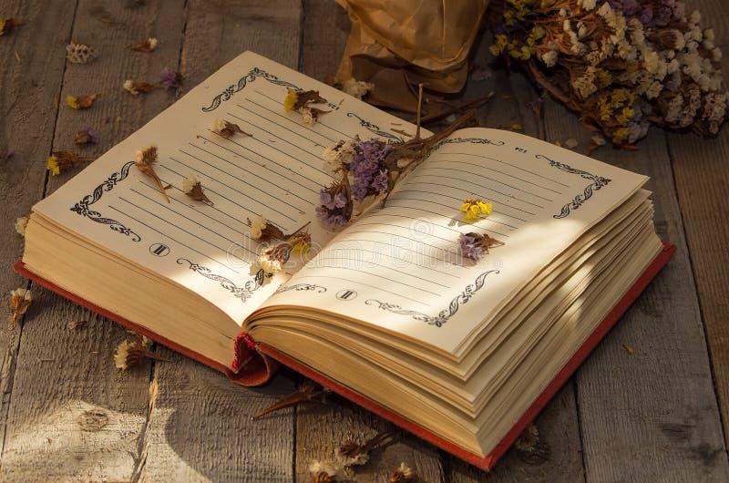 Boek om nota's met droge bloemen te schrijven royalty-vrije stock foto's