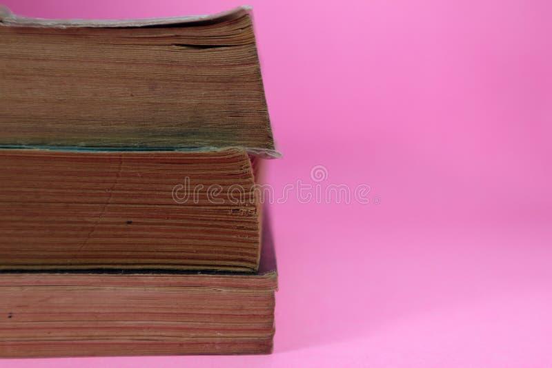 Boek op roze achtergrond stock foto