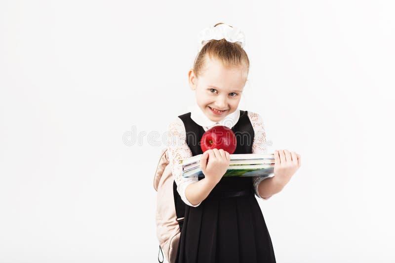 Boek, school, jong geitje glimlachend meisje met grote rugzakholding royalty-vrije stock foto's