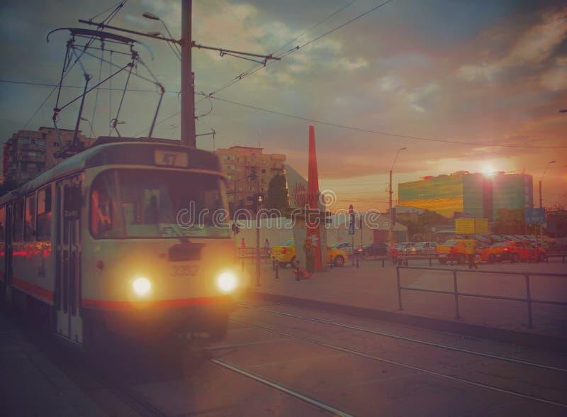 Boekarest 47 de mening van de tramlijn, stedelijk zonsopgangverkeer stock foto