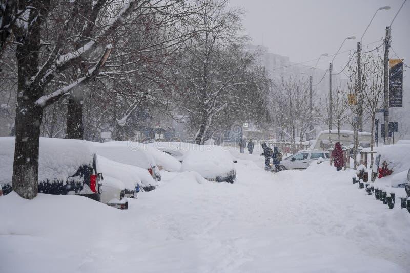 BOEKAREST - FEBRUARI 13: Zware sneeuwval van bijna 60 cm2voeten royalty-vrije stock foto