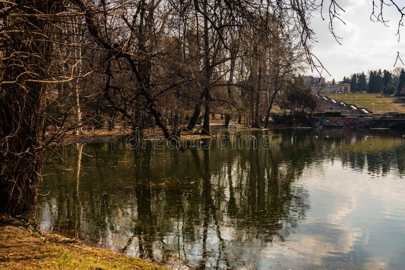 Boekarest, Roemenië - 2019 Carol Park-meer in Boekarest, Roemenië stock fotografie