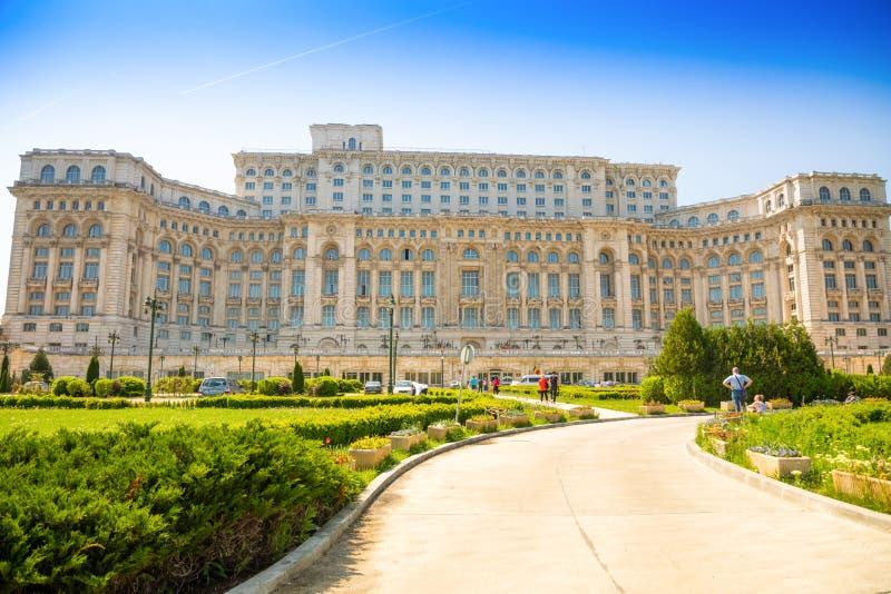 Boekarest, Roemenië - 28 04 2018: De bouw van het Roemeense parlement in Boekarest is de tweede - de grootste bouw in stock foto