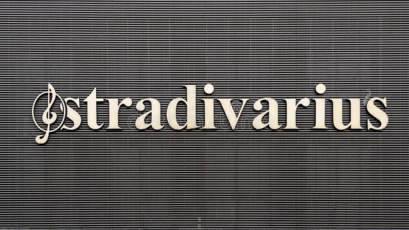 Boekarest, Roemenië - 17 Februari 2019: Stradivariusembleem bij Unirea-de Winkelcentrumbouw stock afbeelding