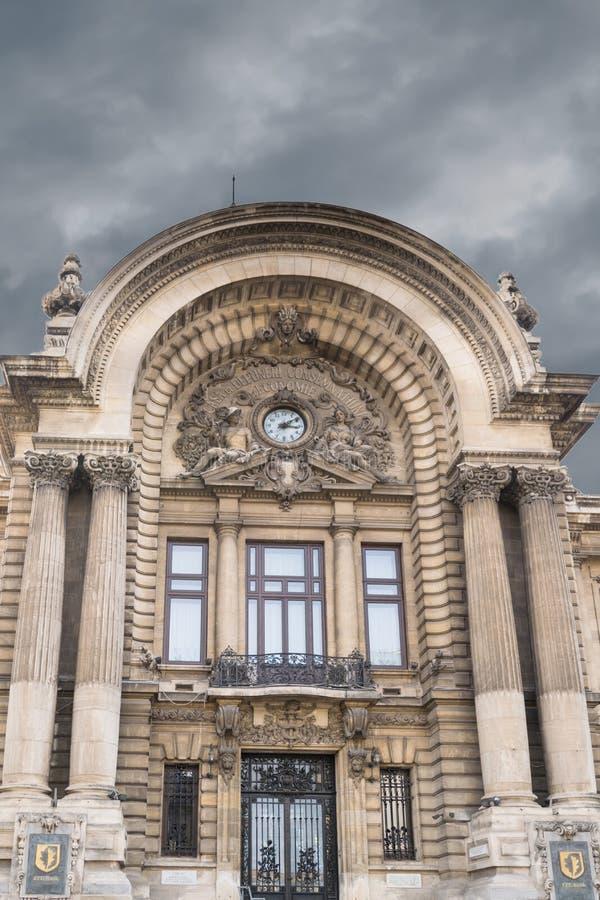 Boekarest, Roemenië - Maart 16, 2019: sluit omhoog detail van ingang aan de bouw van stock fotografie