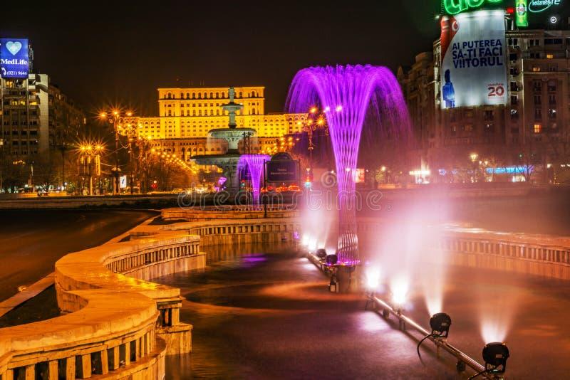 Boekarest, Roemenië - 01 04 2017, nachtslepen en de bouw o stock foto