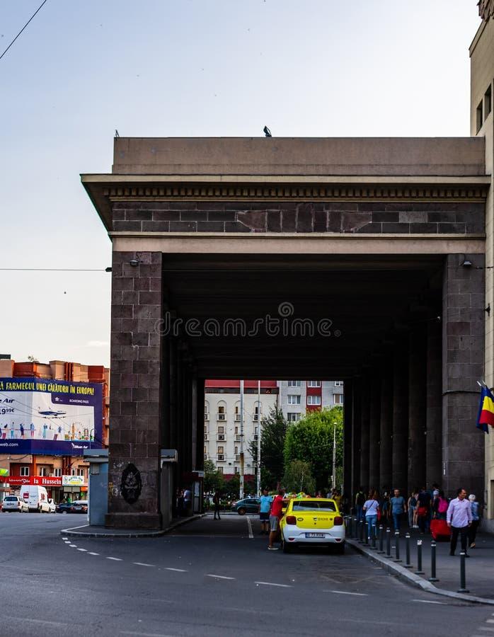 Boekarest, Roemeni? - 2019 De voorgevel van het het Noordenstation of Gara de Nord Bucuresti van Boekarest stock afbeelding