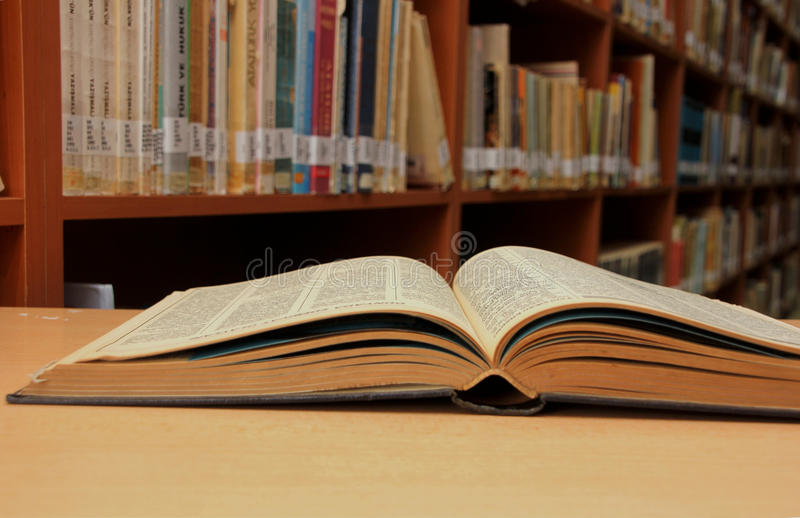 Boeken in bibliotheek royalty-vrije stock afbeeldingen
