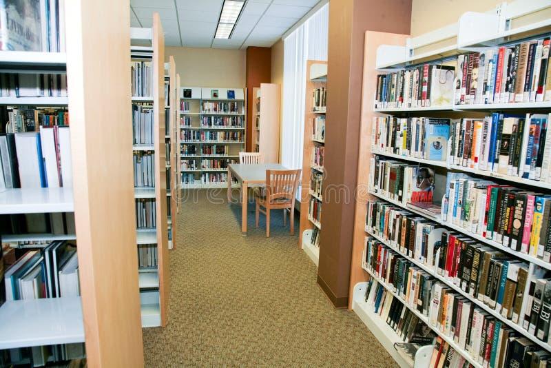 Boeken bij Bibliotheek stock foto's