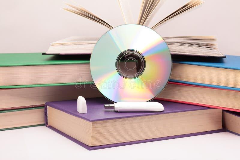 Boeken, CD en flitsaandrijving. stock afbeelding