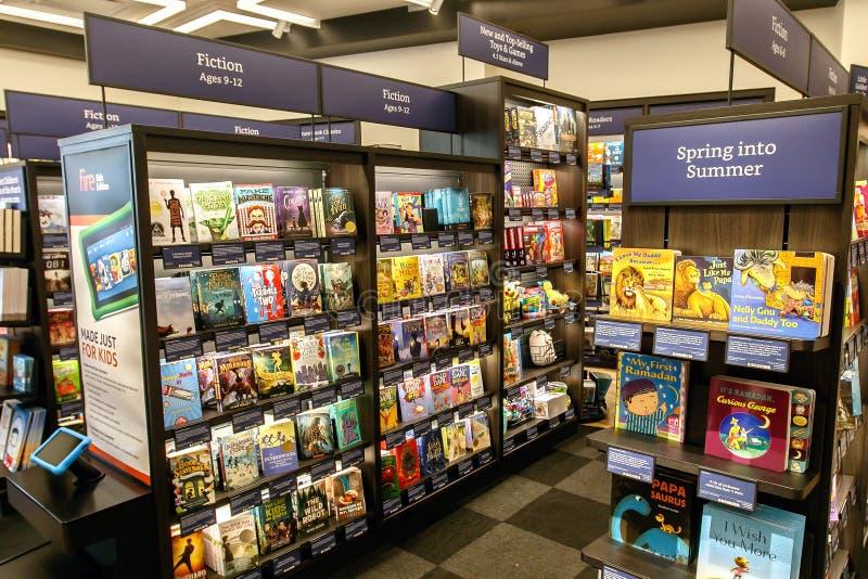 Boeken in de boekhandel van Amazonië stock foto's