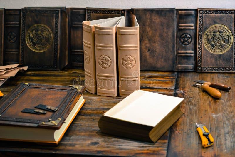 Boeken in de het werk fase die in boekbindenstudio wordt gevangen royalty-vrije stock afbeelding