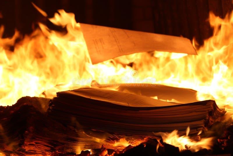 Boeken die in de oven geheimzinnige mystieke oven branden stock foto's