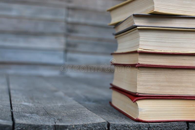 Download Boeken Die Zich Op Een Lijst Bevinden Stock Afbeelding - Afbeelding bestaande uit nave, grunge: 107709191