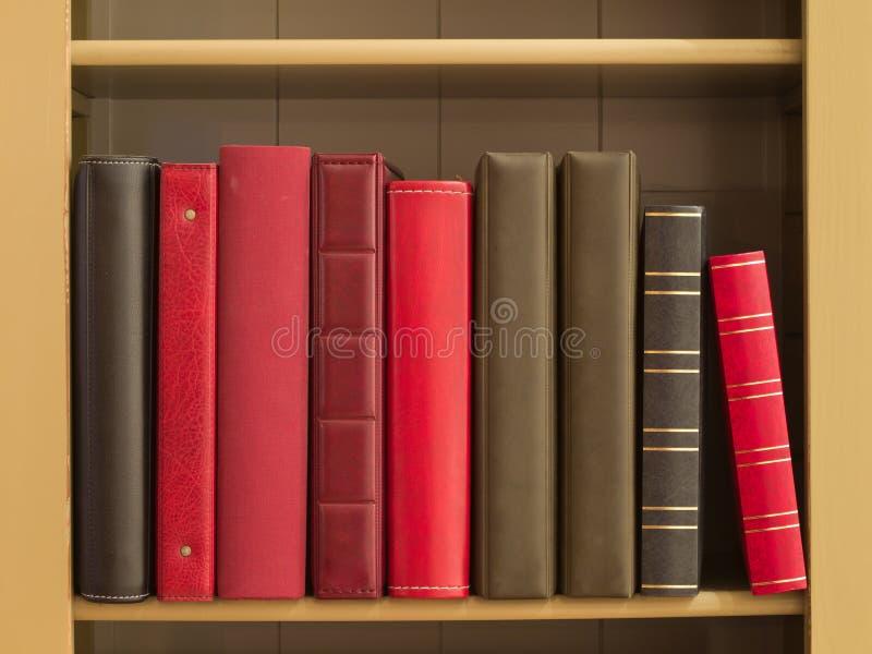 Boeken in een boekenrek stock afbeeldingen