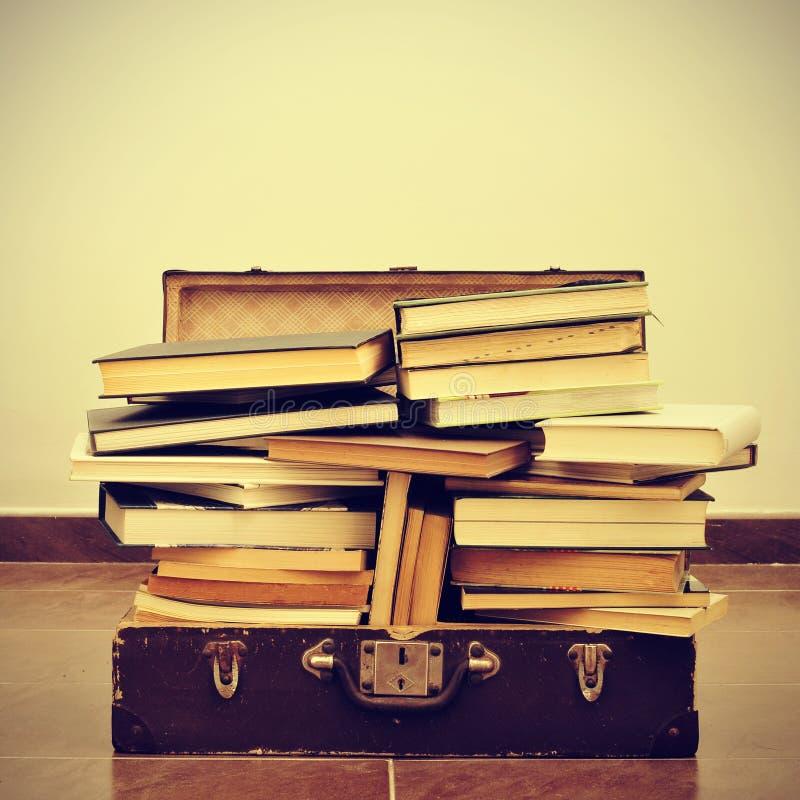 Boeken in een koffer stock foto's