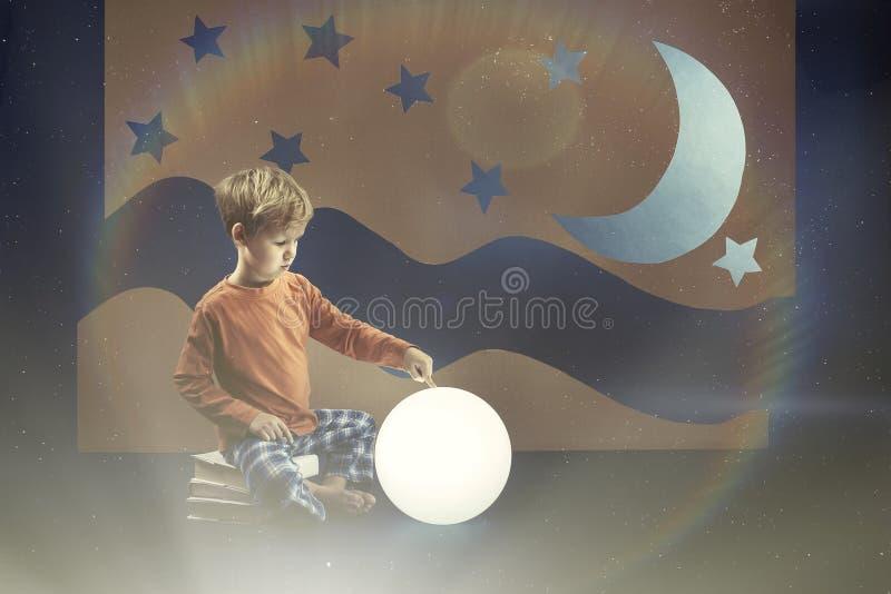 Boeken en de maan stock afbeelding