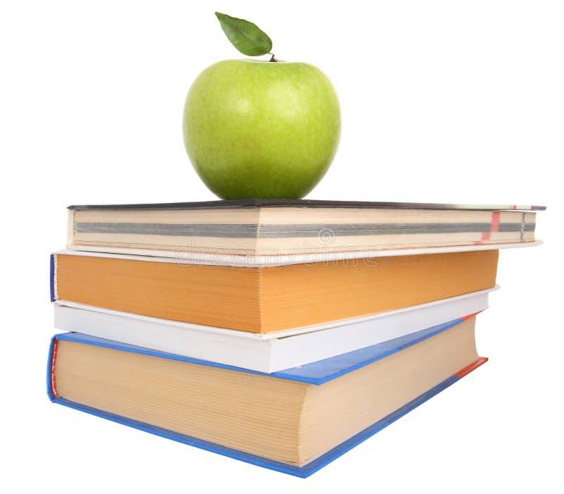 Boeken en een appel stock afbeeldingen