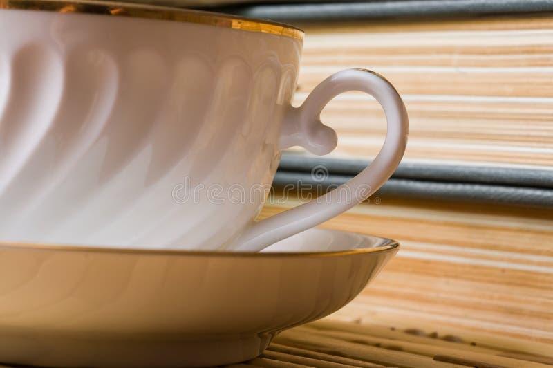 Boeken en een kop voor thee. stock foto