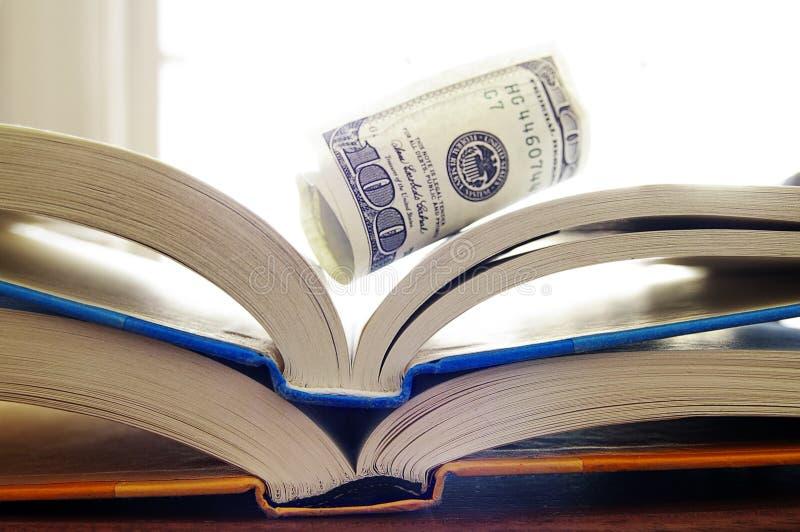 Boeken en geld royalty-vrije stock foto