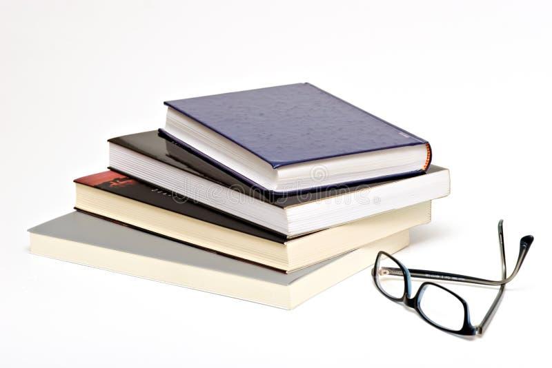 Boeken en glazen stock foto's