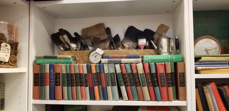Boeken en misc antiquiteiten stock afbeelding
