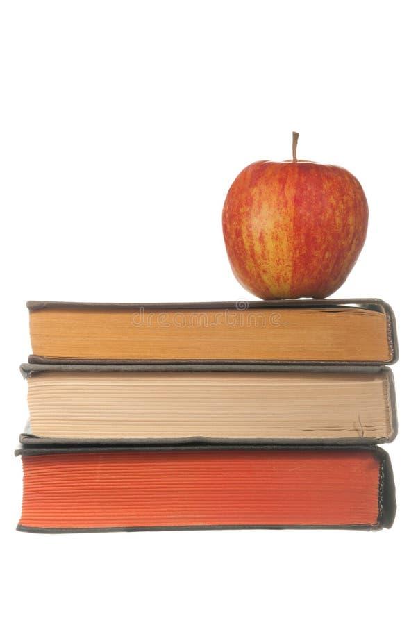 Boeken en rode appel stock afbeeldingen