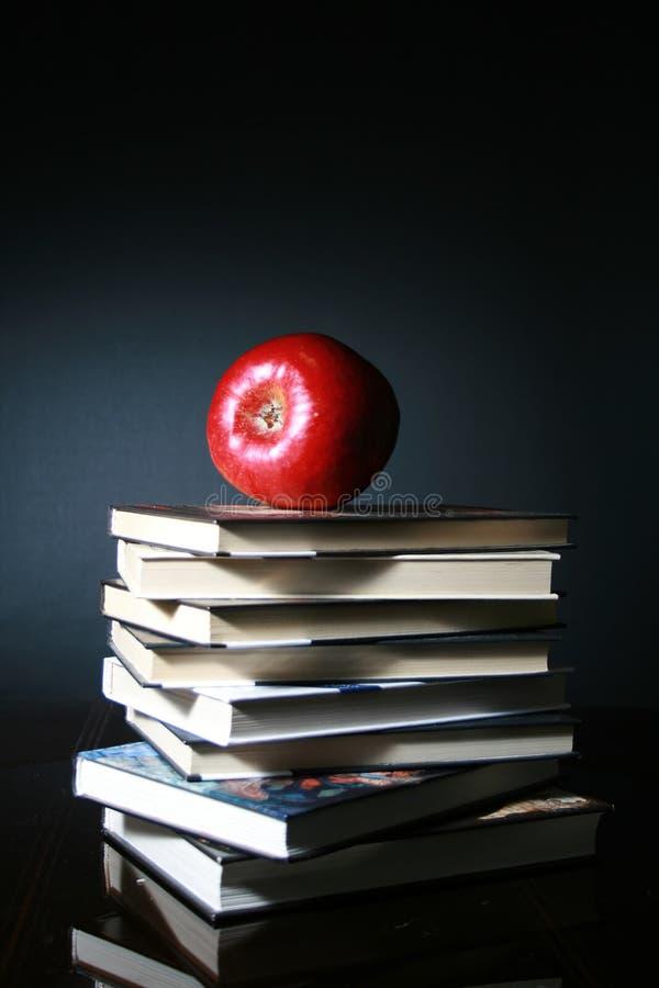 Boeken en rode appel stock fotografie