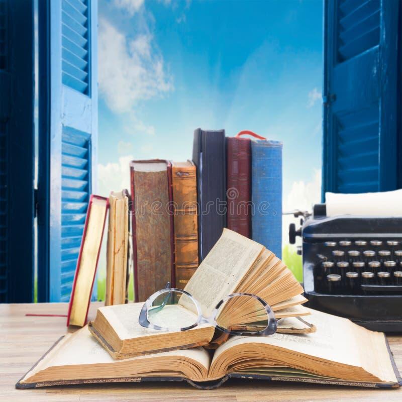 Boeken en schrijfmachine stock afbeeldingen