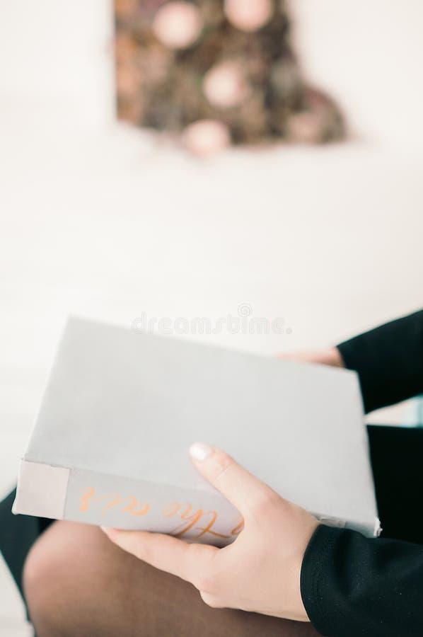 Boeken in heldere kleuren op een lichte achtergrond thuis stock afbeelding