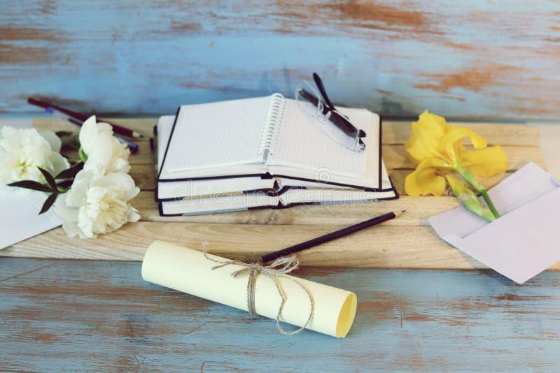 Boeken, leeg notitieboekje, document, glazen op een houten lijst stock afbeelding