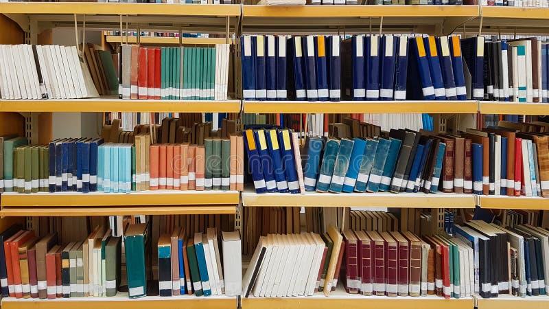 Boeken in librafy van universitaire de kennisachtergrond van het studieonderwijs royalty-vrije stock foto