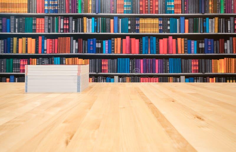 Boeken met exemplaar hier ruimte - tekst, op een houten deklijst aangaande een bibliotheekachtergrond royalty-vrije stock afbeeldingen