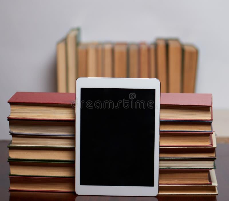 Boeken met tablet royalty-vrije stock afbeelding